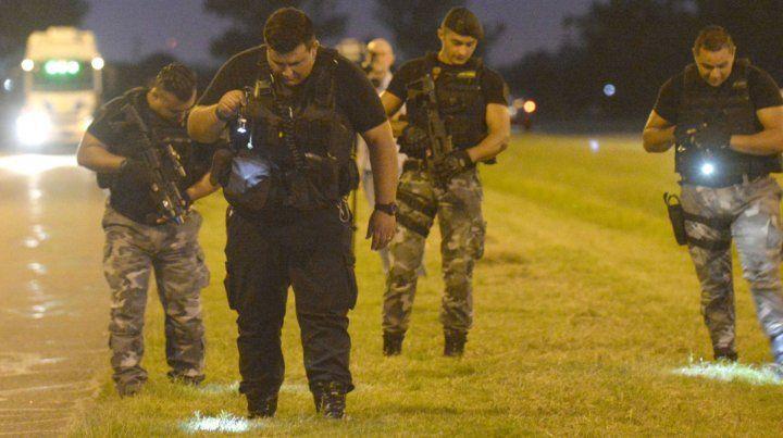 Policías trabajan en el lugar del tiroteo en busca de rastros.