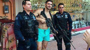 Los efectivos federales posan junto al turista que les pidió prestada el arma.