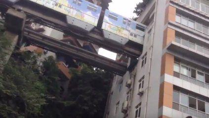 El sorprendente tren que atraviesa el sexto piso de un edificio