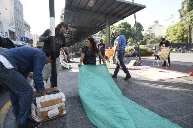 Los manteros aprovecharon el paro municipal para instalar sus puestos en la parada de calle San Luis entre Corrientes y Entre Ríos.