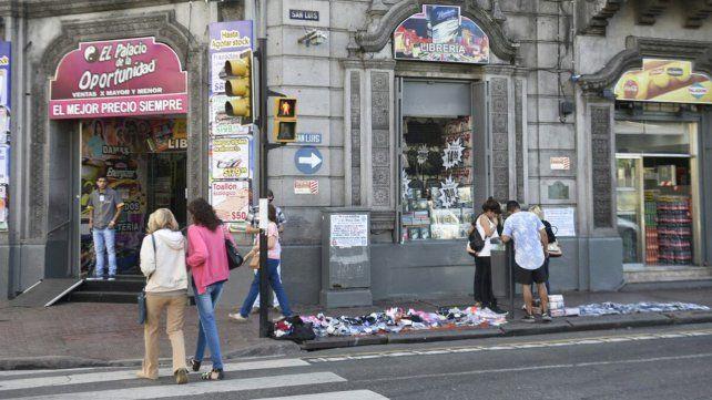 Un grupo de manteros se instaló con sus puestos en Plaza Montenegro y Plaza Sarmiento