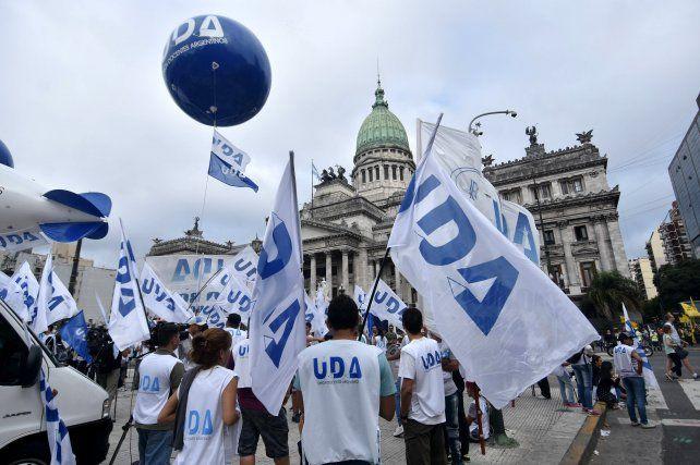 Docentes de todo el país se concentran frente al Congreso para marchar luego hacia la Plaza.