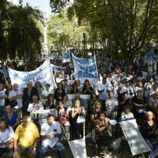 Masivo acto de los trabajadores municipales de Rosario en la plaza 25 de Mayo.