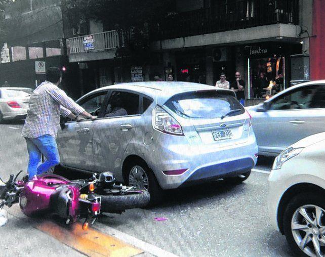 impacto. La moto quiso pasar un auto y cayó al golpear con el carril.