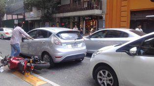 El accidente se produjo cuando el conductor de la moto intentó tomar la ciclovía. (Foto vía Twitter@anapaulaaramb)