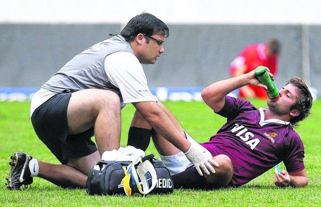 En acción. El médico y ex jugador de Uni Fanco Della Vedova asiste a Santiago Cordero
