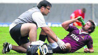 En acción. El médico y ex jugador de Uni Fanco Della Vedova asiste a Santiago Cordero, de Jaguares, ante una posible lesión.