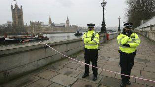 La policía londinense vigila la zona donde se produjo el atentado.