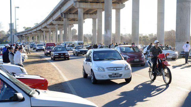 Proponen medidas para evitar picadas de autos y motos debajo del puente Rosario-Victoria