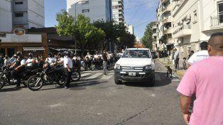 Los agentes de tránsito en marcha hacia la plaza 25 de Mayo.