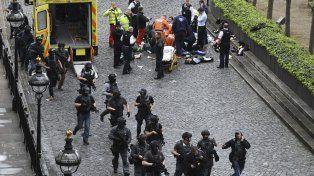 Personal de salud y un diputado británico intentaron infructuosamente reanimar a un policía apuñalado.