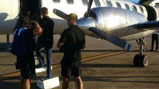 Los jugadores de Racing antes de tomar el vuelo chárter que los iba a depositar en Buenos Aires.