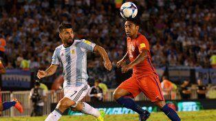 Argentina y Chile ya disputan el segundo tiempo en el estadio Monumental