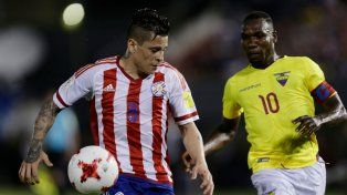 Juan Iturbe protege la pelota ante Ayovi.