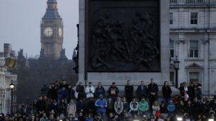 Vigilia. Cientos de personas se congregaron en Trafalgar Square para homenajear a las víctimas.