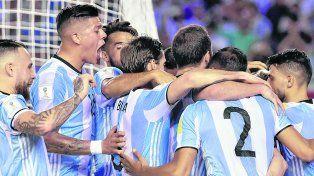 Todos con Leo. Los jugadores festejan junto a Messi (tapado), el autor del gol argentino.