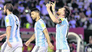 Agradece. Messi mira el cielo luego de convertir el penal ante su ex compañero Bravo.