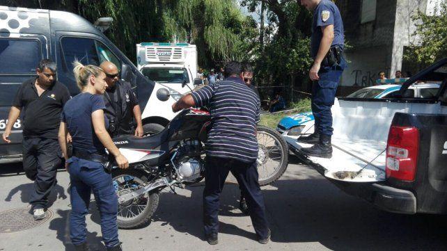 Personal policial retira del lugar la moto siniestrada en la que viajaba un hombre