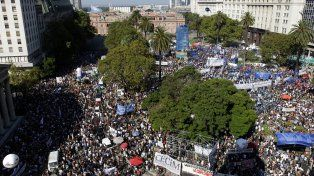 Vista aérea de la Plaza de Mayo durante la realización del acto por el Día de la Memoria.