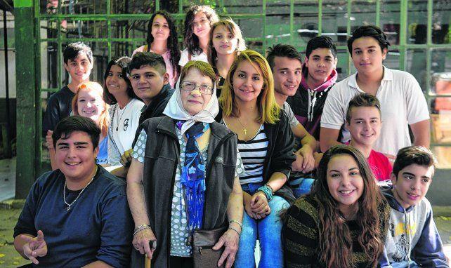 Norma Vermeulen rodeada por un grupo de estudiantes que participó del encuentro organizado en la Escuela Gurruchaga. Sean solidarios