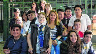 Norma Vermeulen rodeada por un grupo de estudiantes que participó del encuentro organizado en la Escuela Gurruchaga. Sean solidarios, miren alrededor, les pidió.