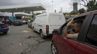 También falta. Largas colas para cargar combustible en Venezuela.