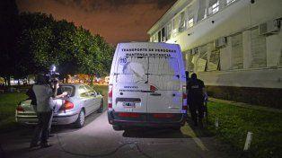 Baleado. El vehículo penitenciario atacado en la autopista.