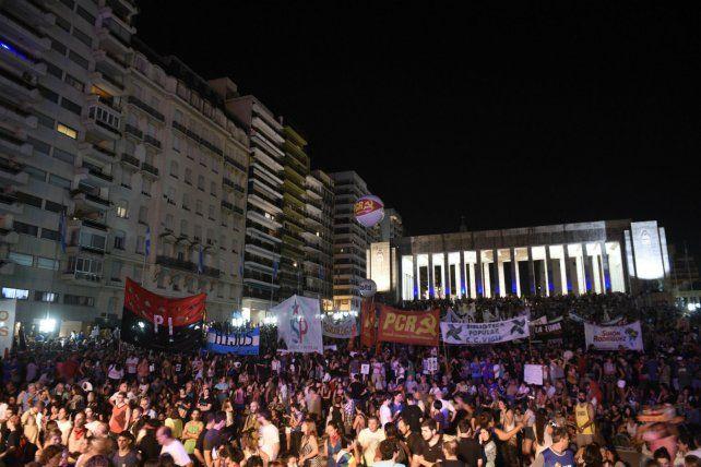 El Monumento se vio desbordado por la gigantesca convocatoria. La crisis social aglutinó los reclamos contra las políticas de Cambiemos.