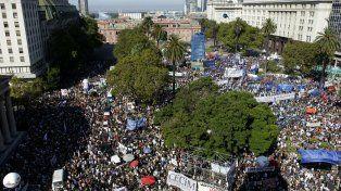 Como no se había visto desde el 83, la Plaza de Mayo resultó chica para la multitud que repudió el golpe y a la administración macrista.