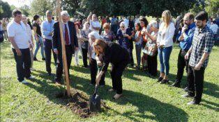 Ritual. La intendenta planta un árbol como símbolo.