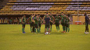 Máxima atención. Montero habla, el grupo escucha al entrenador canalla en el Gigante. Tanto cuerpo técnico como plantel saben que hoy deben ganar ante su gente.