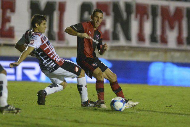 Gran capitán. Maxi Rodríguez disputa la pelota con un defensor entrerriano. Newells estuvo cerca.