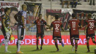 Esta la hizo bien. Scocco y Maxi Rodríguez van en busca de Amoroso, quien habilitó a Nacho para que la jugada terminara en el empate rojinegro.