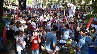 Los manifestantes, en su mayoría adolescentes, se juntaron en la plaza 25 de Mayo.