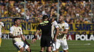 Pinola jugó marcó, tuvo errores y aciertos y también protestó. Como en esta acción, donde le reclama a Merlos por la amarilla a Villagra y el penal que no cobró.
