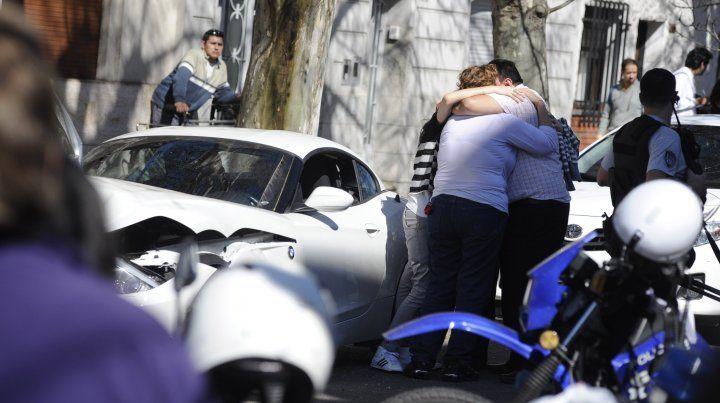 El auto donde fue acribillado el Fantasma Paz es controlado por la policía. Un grupo de familiares llora junto al vehículo.