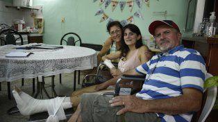 En casa. Graciela y Miguel, los padres, con Agustina. Hoy cuentan aquellos primeros instantes de angustia.