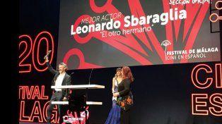 Leo Sbaraglia exhibe su premio