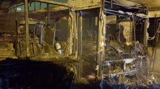 Así quedaron los micros que se incendiaron dentro del predio de Empresa Argentina.