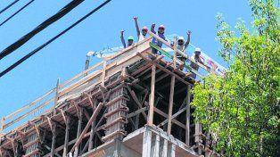 En altura. Albañiles trabajando en una de las tantas obras de la ciudad.