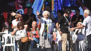 Escenario. Carlotto encabezó el acto masivo en Plaza de Mayo, donde abundaron los discursos de tono crítico al gobierno de Macri.