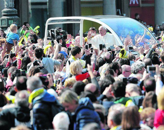 Aclamado. Francisco fue calurosamente saludado por los milaneses.