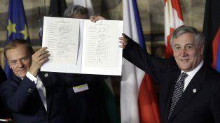 Cónclave. Tusk, líder del Consejo Europeo, y Tajani, del Parlamento Europeo, muestran las firmas del acuerdo.