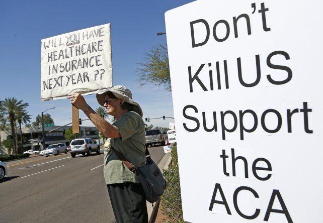 Sin consenso. Una estadounidense protesta en Arizona contra los intentos de Trump de desmantelar el sistema de salud del ex presidente Obama.