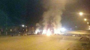 Fuego y corte. Vecinos de Yapeyú quemaron neumáticos sobre la avenida Teniente Loza, frente a la seccional.