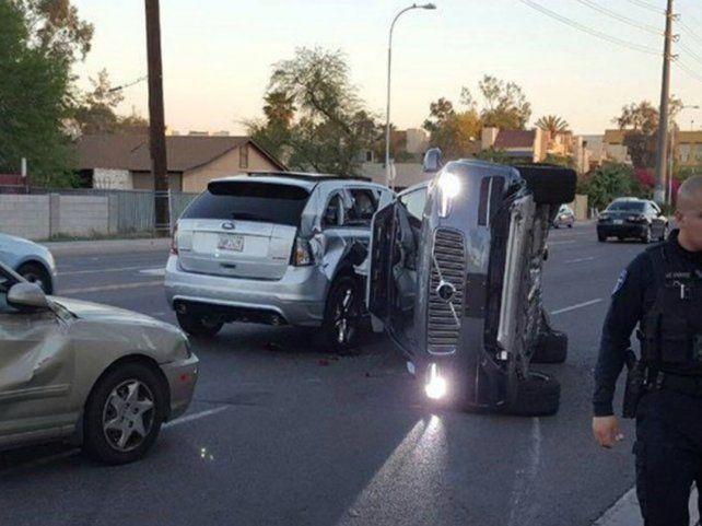 El auto de Uber quedó volcado y las pruebas de vehículos sin conductor fueron suspendidas.