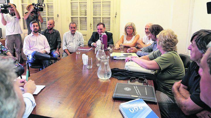 Largo cónclave. Funcionarios y representantes sindicales de los docentes públicos y privados se reunieron en la capital provincial.