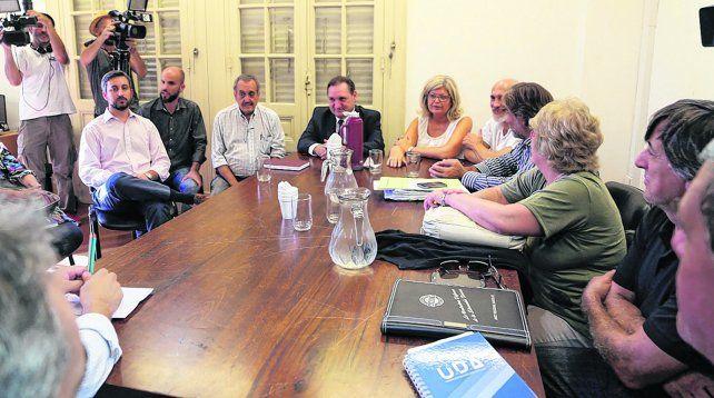 Mesa de negociación. Funcionarios y representantes sindicales de los docentes públicos y privados se reunirán de nuevo en la capital provincial.