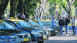 en la calle. Los taxistas buscan una suba de tarifa que no afecte la cantidad de viajes que realizan por día.