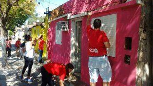 manos de la obra. Los vecinos pintaron sus casas de distintos colores.